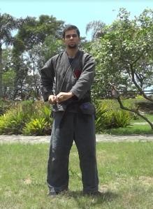 Autor efetuando o Rolamento para o Lado (Sokuho Kaiten) com bastão curto (Hanbo). Fig. 1.